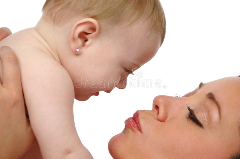 Madre que besa a su hija imagenes de archivo
