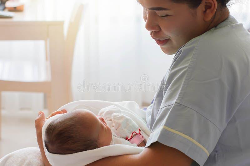 Madre que celebra al bebé del niño recién nacido en brazo imágenes de archivo libres de regalías