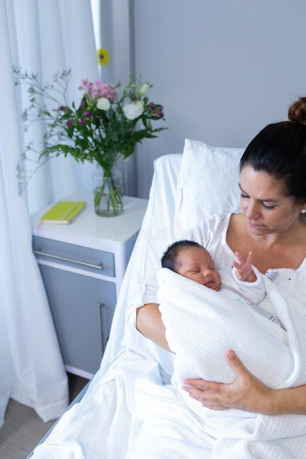 Madre que celebra al bebé recién nacido en hospital foto de archivo libre de regalías
