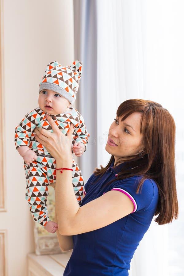 Madre que celebra al hijo adorable del bebé foto de archivo libre de regalías