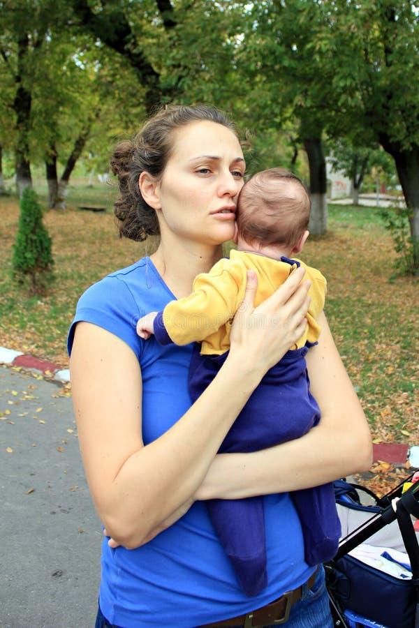 Madre que celebra al niño foto de archivo libre de regalías
