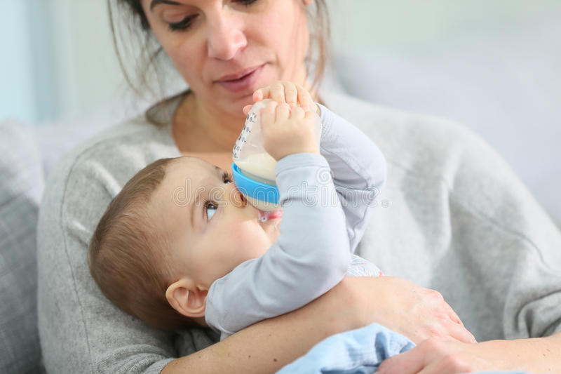 Madre que celebra su leche de consumo del bebé fotos de archivo