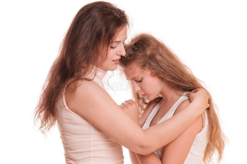 Madre que conforta a la hija fotos de archivo