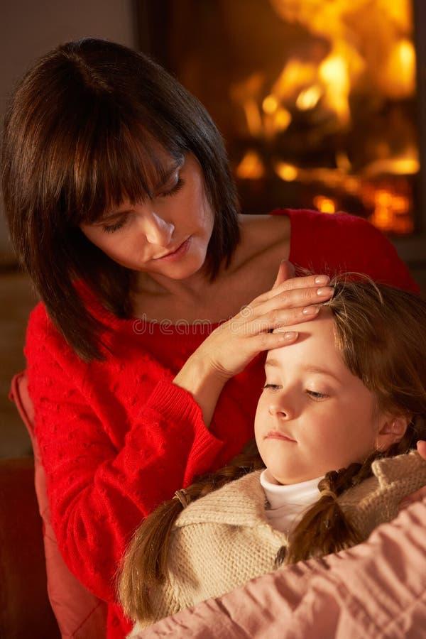 Madre que conforta a la hija enferma fotografía de archivo libre de regalías