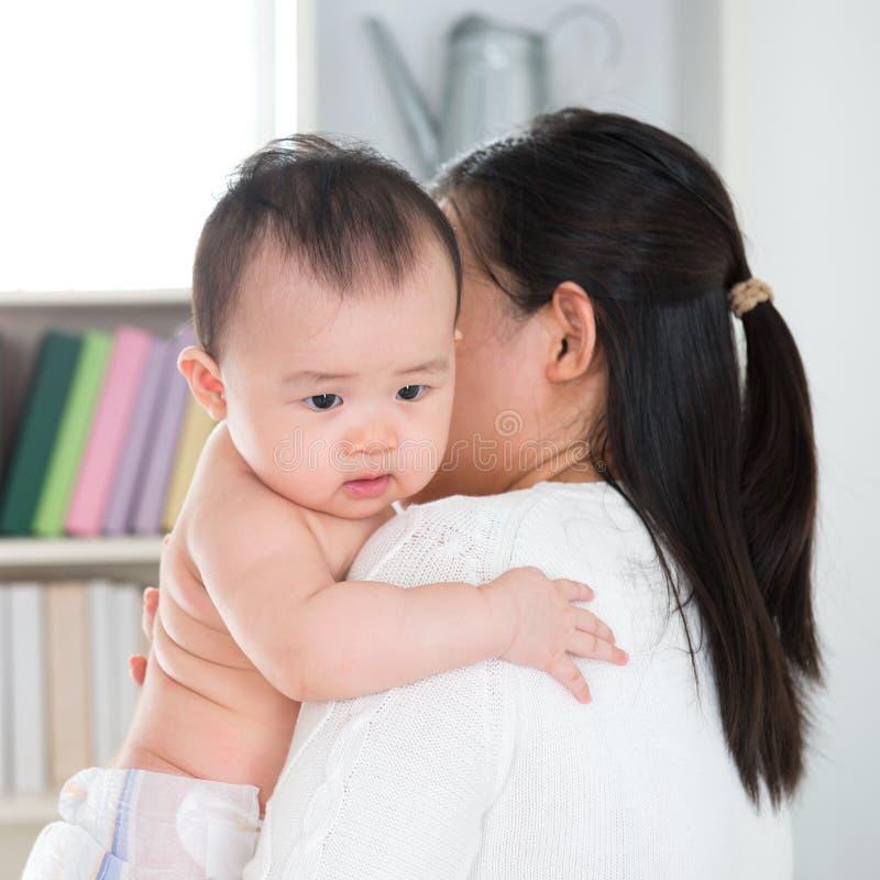 Madre que cuida al bebé en exceso imagen de archivo libre de regalías