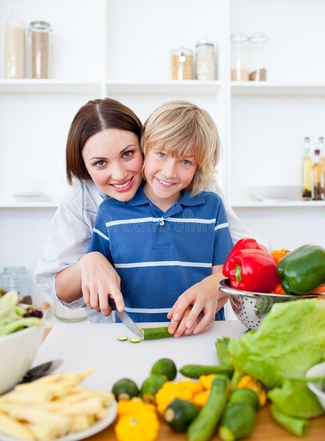 Madre que cuida y el su cocinar del hijo fotos de archivo libres de regalías