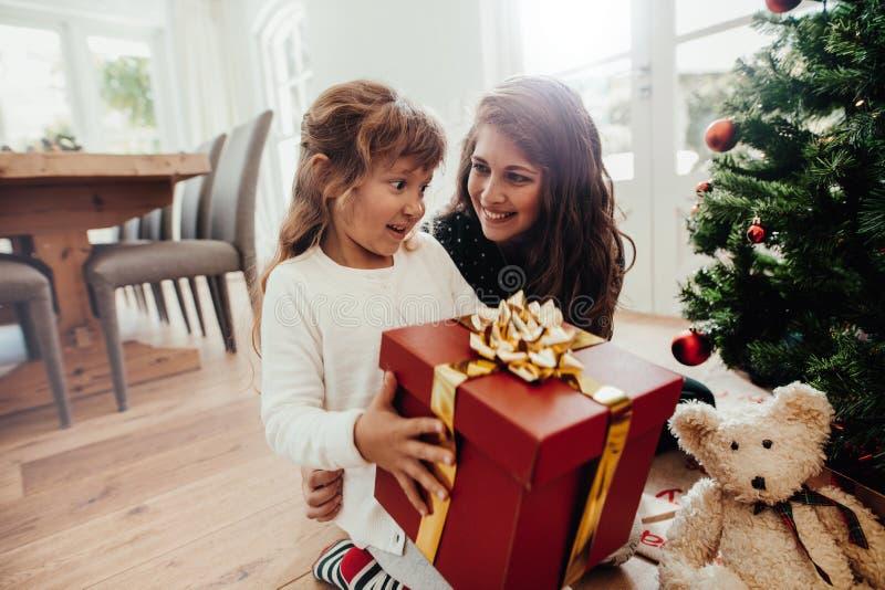 Madre que da el regalo de la Navidad a su niño fotos de archivo