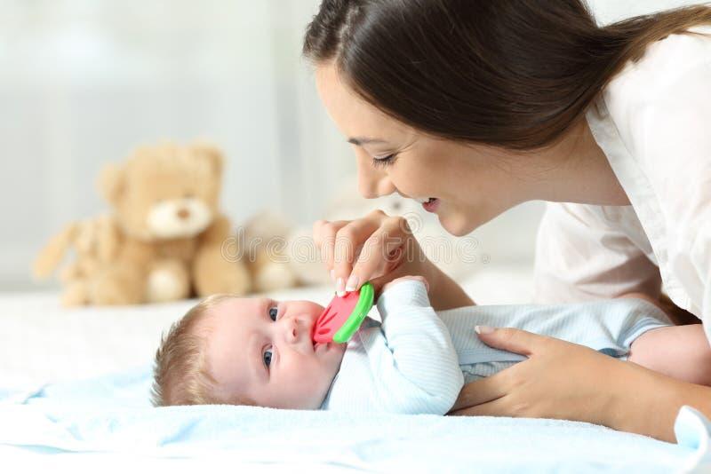 Madre que da un amargo a su bebé foto de archivo libre de regalías