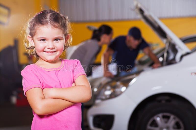 Garaje que espera de la muchacha foto de archivo libre de regalías