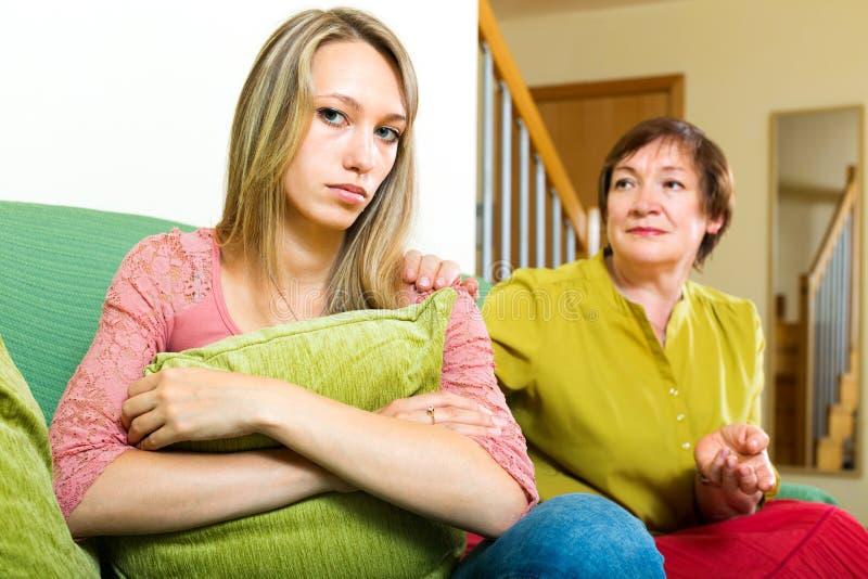 Madre que habla con una hija triste fotografía de archivo libre de regalías