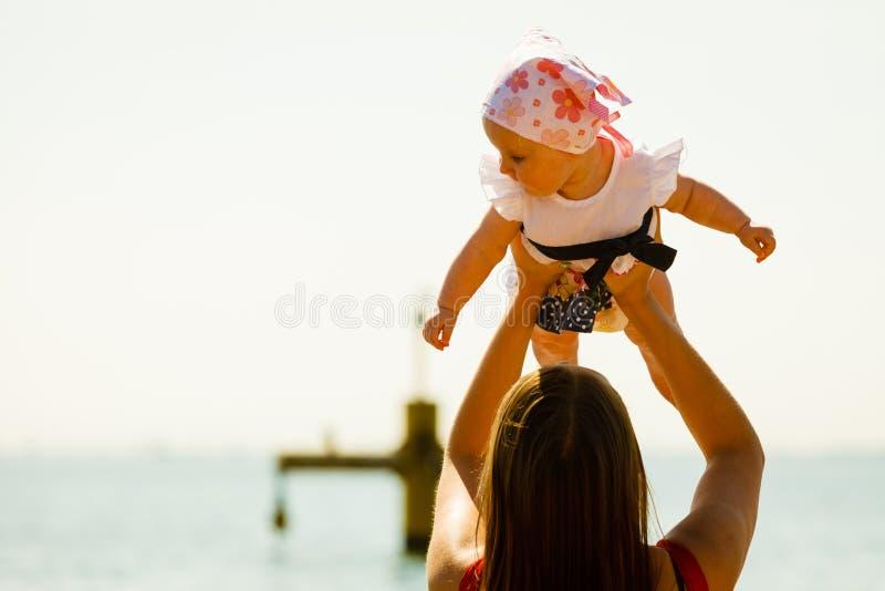 Madre que juega con el bebé en la playa fotos de archivo libres de regalías