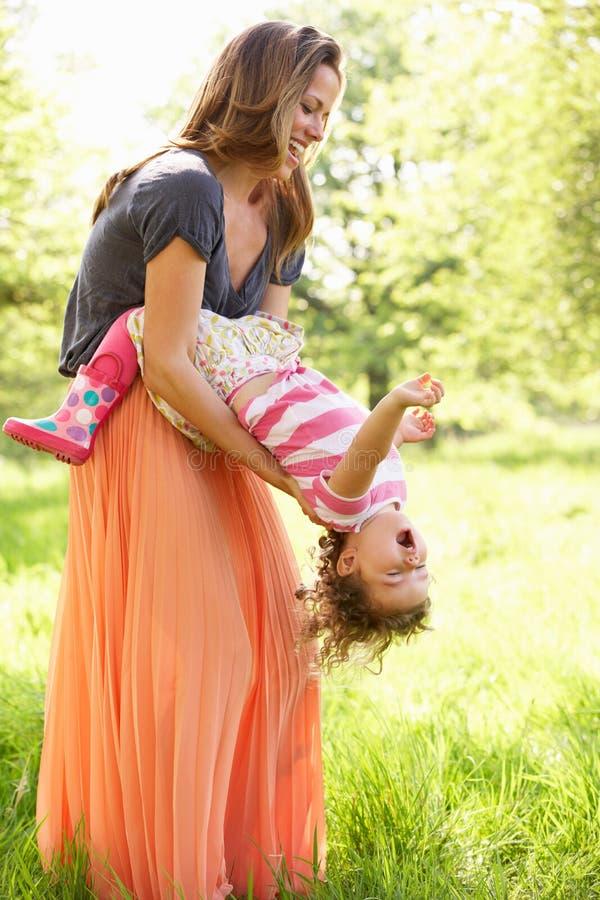 Madre que juega con la hija joven en campo del verano fotos de archivo libres de regalías