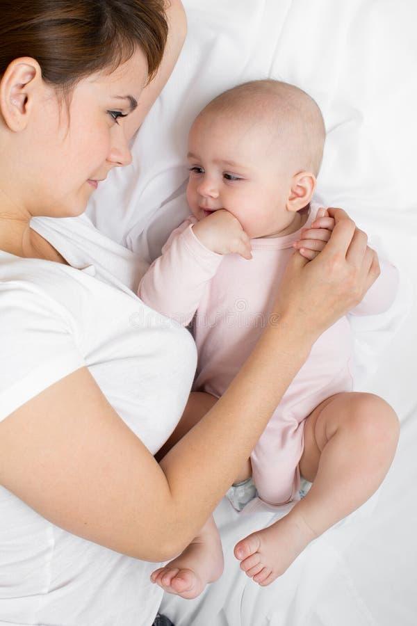 Madre que juega con su niño del bebé foto de archivo libre de regalías