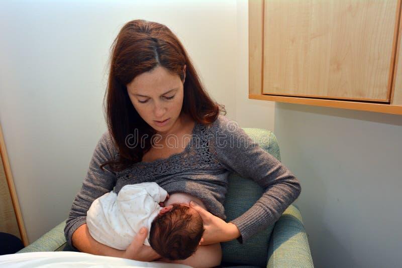 Madre que la amamanta recién nacida fotos de archivo libres de regalías