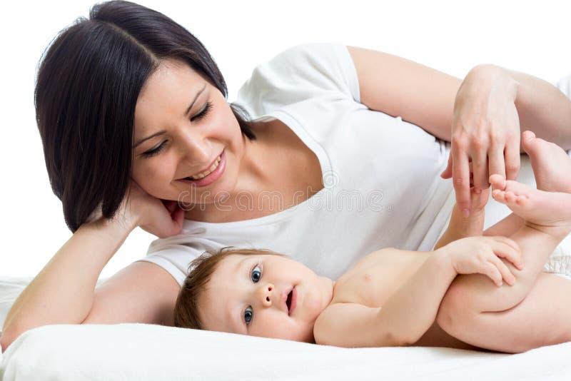 Madre que miente con su bebé fotos de archivo libres de regalías