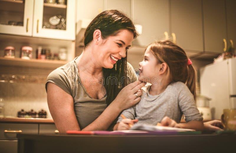 Madre que pasa tiempo con su hija Cierre para arriba fotografía de archivo