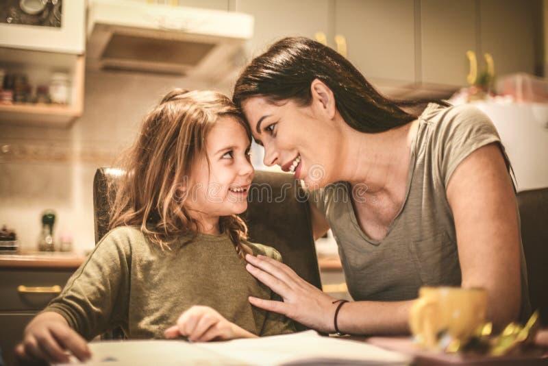 Madre que pasa tiempo con su niña imagen de archivo