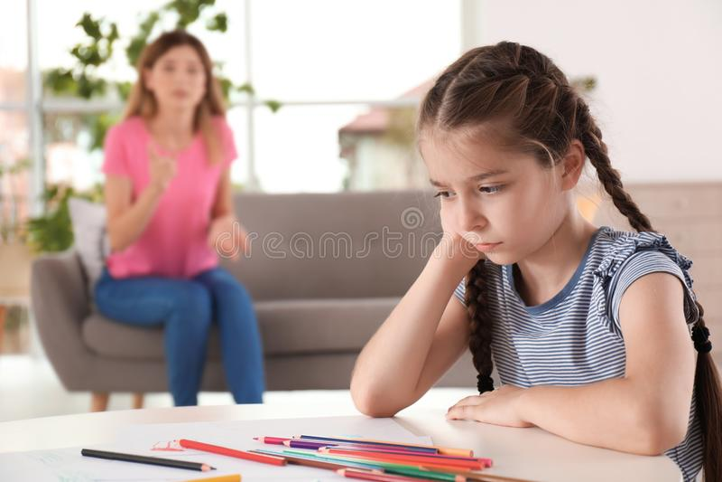 Madre que regaña al niño en casa imagen de archivo libre de regalías
