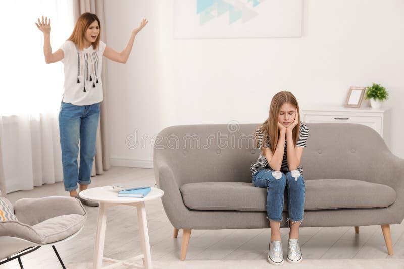 Madre que rega?a a su hija del adolescente imágenes de archivo libres de regalías