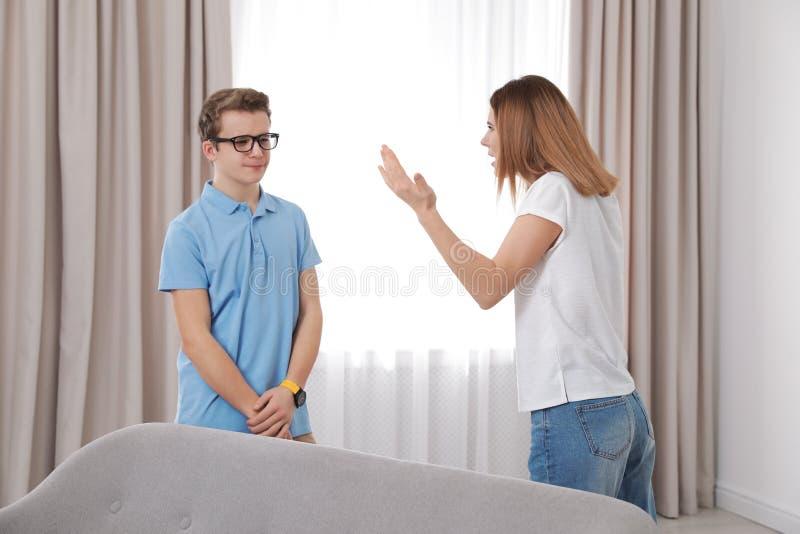 Madre que rega?a a su hijo del adolescente fotos de archivo