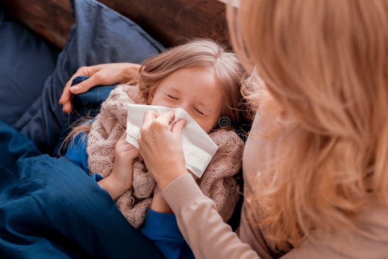 Madre que toma cuidado de un niño foto de archivo libre de regalías