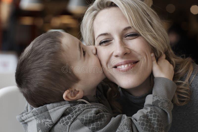 Retrato, madre y niño dulces de la familia junto fotos de archivo