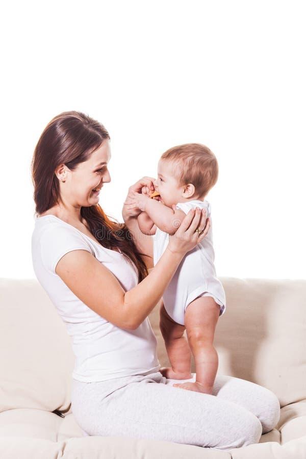 Madre sonriente feliz con el bebé fotografía de archivo