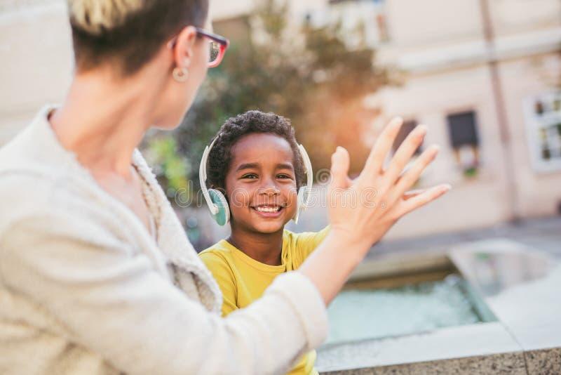 Madre sorridente e piccolo divertiresi della figlia immagini stock libere da diritti