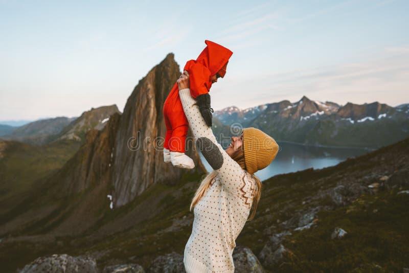 Madre sosteniendo a una familia de bebés viajando juntos foto de archivo libre de regalías