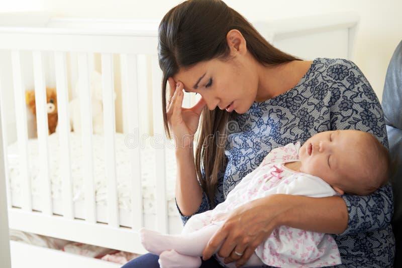 Madre stanca che soffre dalla posta Natal Depression fotografia stock libera da diritti
