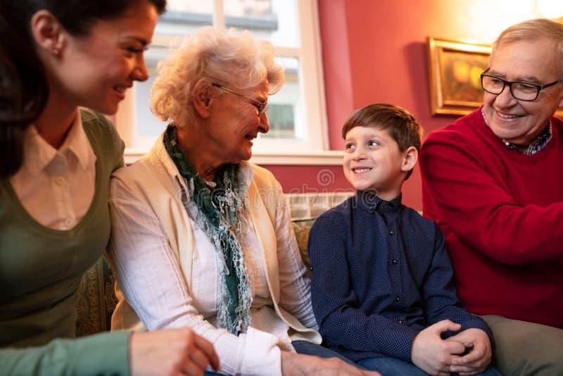 Madre, su hijo y abuelos fotos de archivo libres de regalías