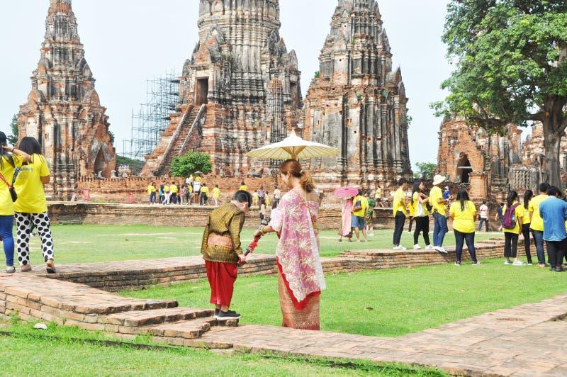 , Madre tailandese ed suo figlio nell'invio antico dell'abbigliamento di stile di Thi alla macchina fotografica con la struttura  immagini stock libere da diritti