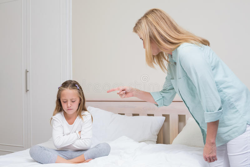 Madre trastornada que regaña a su hija imagen de archivo