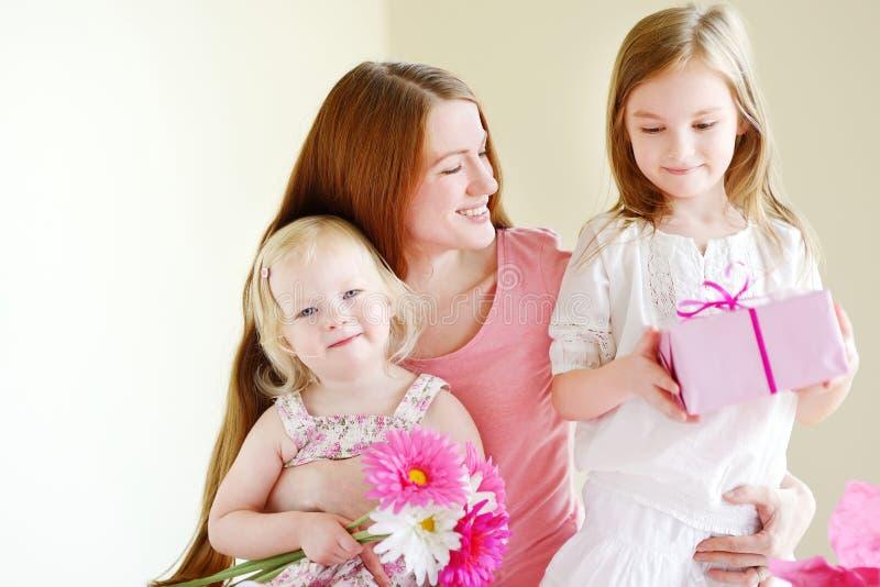 Madre y él hijas que dan un regalo imagen de archivo libre de regalías