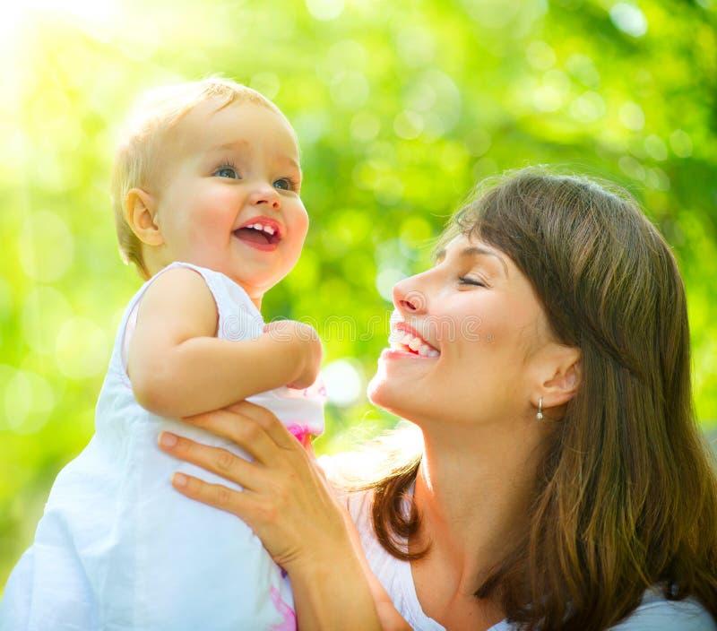 Madre y bebé al aire libre fotos de archivo libres de regalías