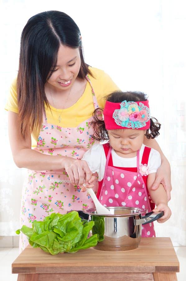 Madre y bebé asiáticos foto de archivo libre de regalías