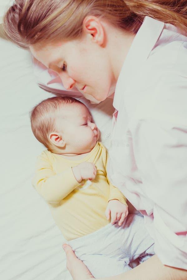 madre y bebé Co-durmientes fotos de archivo