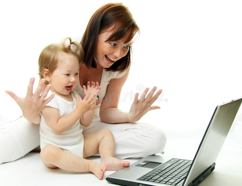Madre y bebé con la computadora portátil fotos de archivo