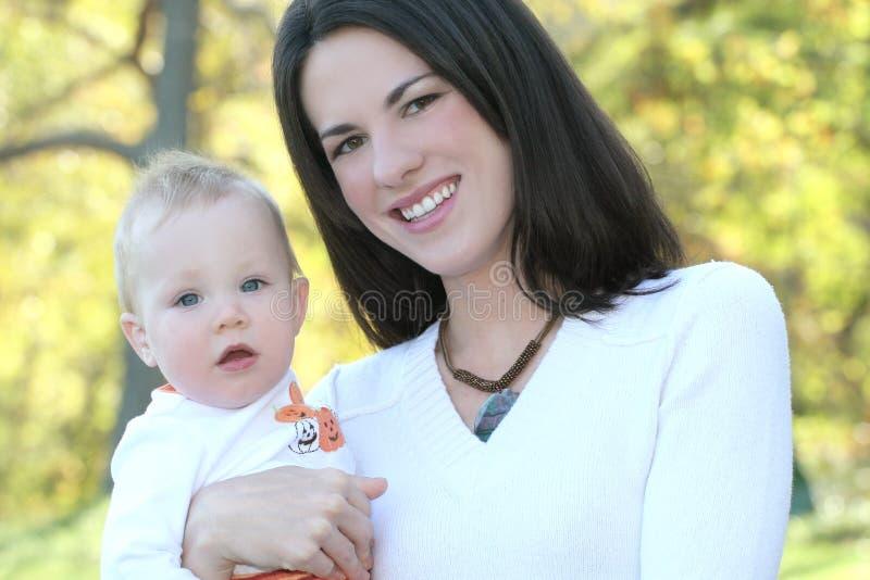 Madre y bebé con las flores - tema de la caída fotos de archivo libres de regalías
