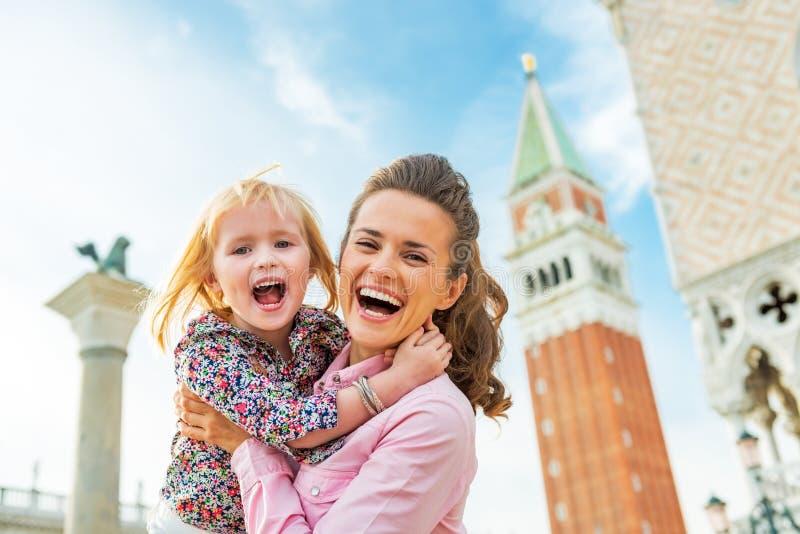 Madre y bebé contra el marcop de campanile di san fotografía de archivo