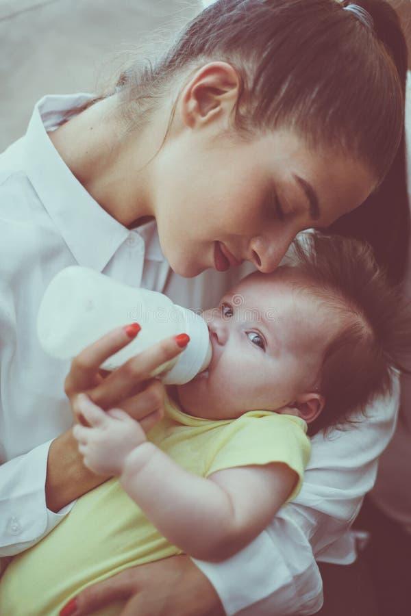 Madre y bebé de la madre en casa Madre que alimenta su l foto de archivo libre de regalías