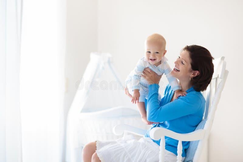 Madre y bebé en el país Mamá y niño en dormitorio fotos de archivo libres de regalías