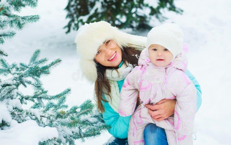 Madre y bebé en invierno foto de archivo libre de regalías
