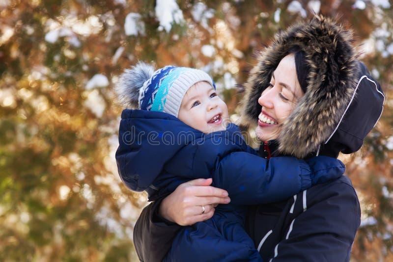 Madre y bebé en paseo del invierno imagen de archivo libre de regalías