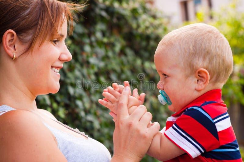Madre y bebé felices foto de archivo libre de regalías
