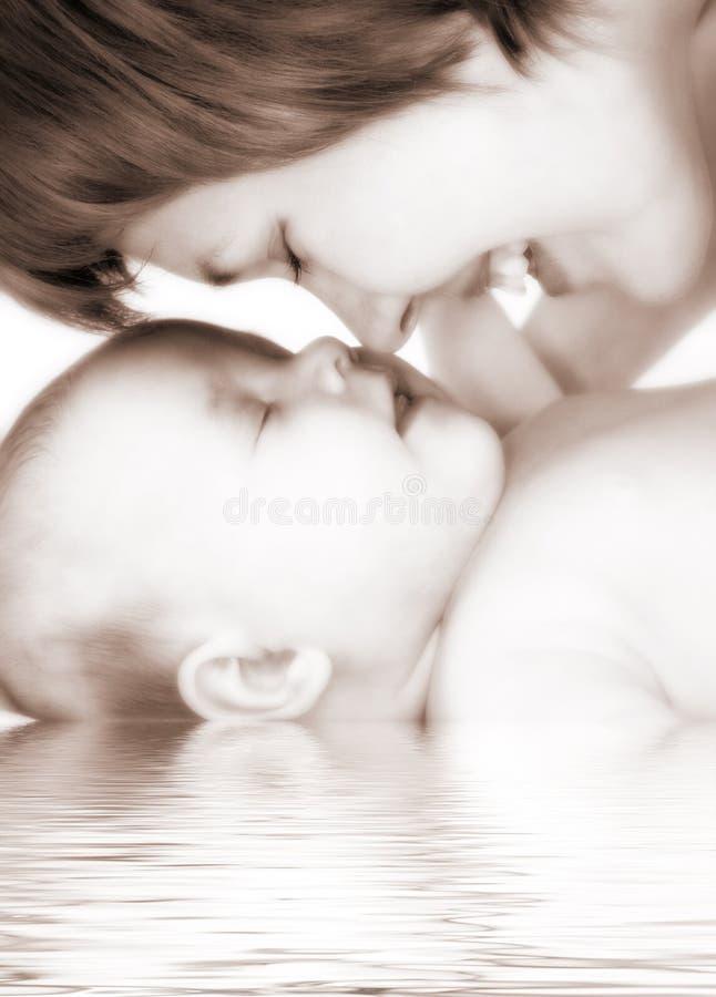 Madre y bebé felices de la familia imagenes de archivo