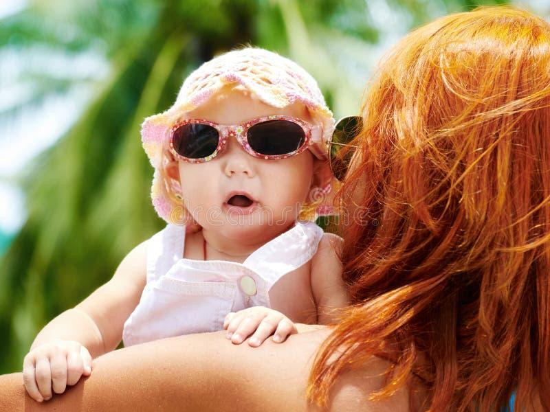 Madre y bebé hermosos al aire libre fotos de archivo