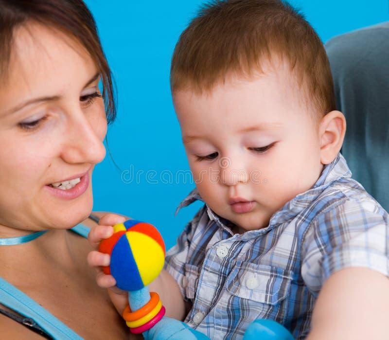 Madre y bebé jovenes fotografía de archivo libre de regalías