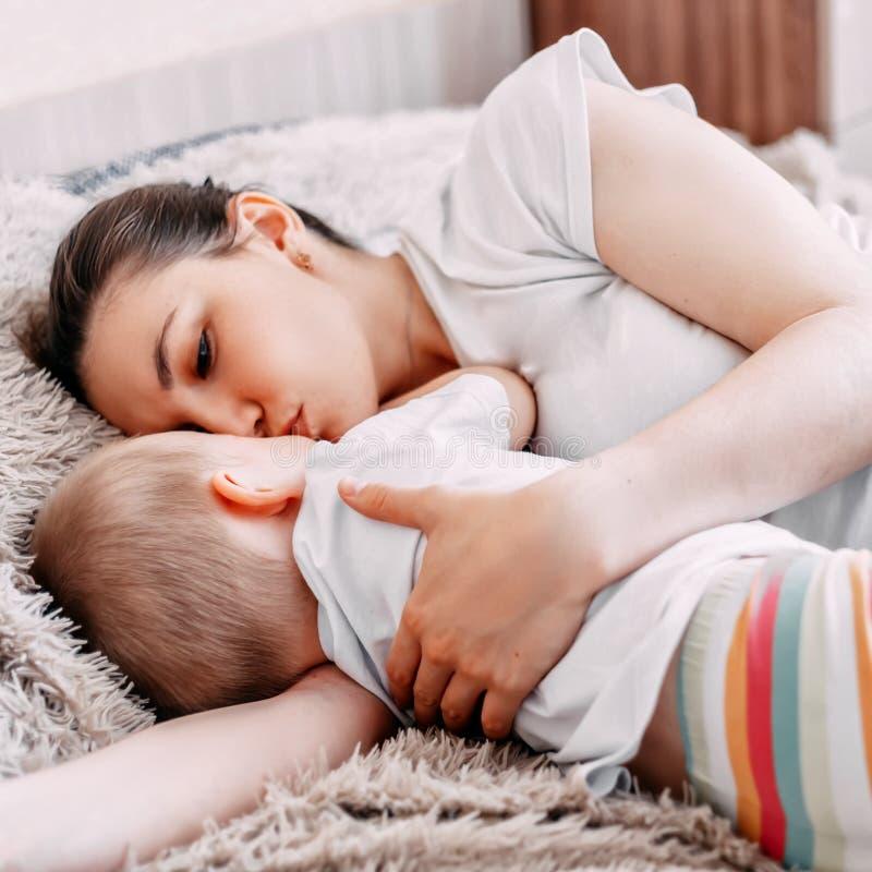 madre y bebé que duermen junto en cama fotos de archivo libres de regalías