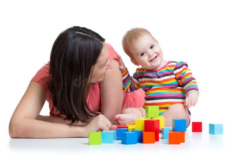 Madre y bebé que juegan y que se divierten foto de archivo libre de regalías